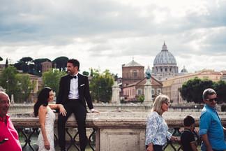 39-sposo-seduto-ponte-sposa.jpg