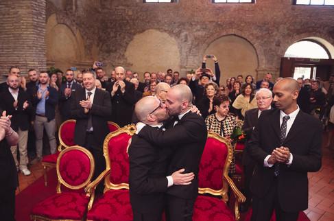 29-bacio-uomini-rito-civile.jpg