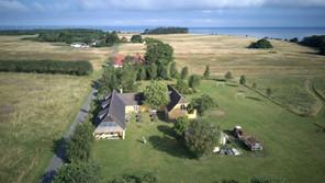 Blåkærgård med Aarhus bugten i baggrunden.