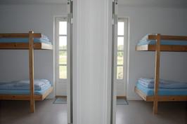 Værelsesfløje med fire 4-sengs værelser, toilet og bad.