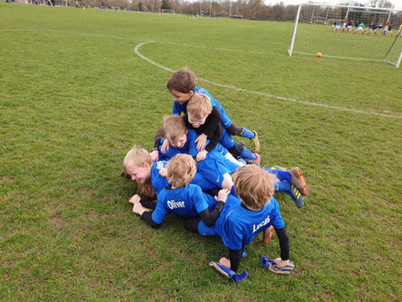 PWDONS Under 7's in a scorpion huddle