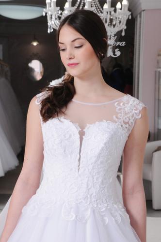 86c289b0bb W020 - Egyenes szabású menyasszonyi ruha gazdagon díszített csipke  felsőrésszel