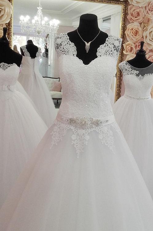 W903 - A-vonalú esküvői ruha csipke vállpánttal, strasszos övvel