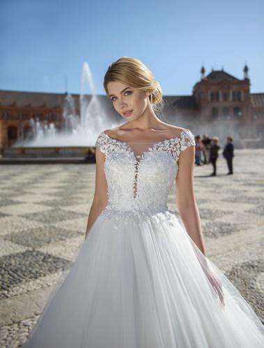 d339fe3438 W013 - Ejtett vállú, nagyszoknyás menyasszonyi ruha csipkés szoknyával