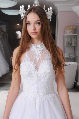 efc67bf8ff W024 - Zárt csipkés felsőrészű, hátul nyitott menyasszonyi ruha