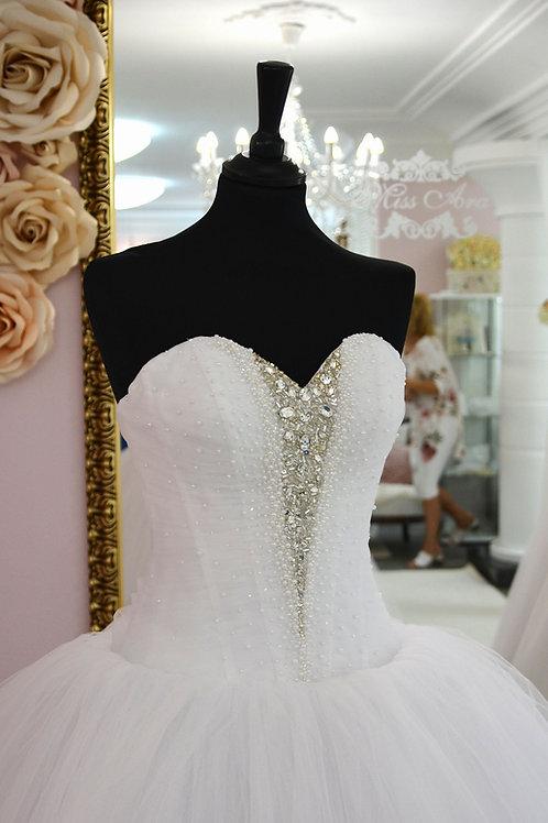 C701 - Középen gyönyörű kristályokkal díszített keringő ruha szív dekoltázzsal