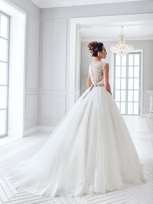W702 - Csipkehátú esküvői ruha zárt felsőrésszel, strasszkövekkel kirakott övvel