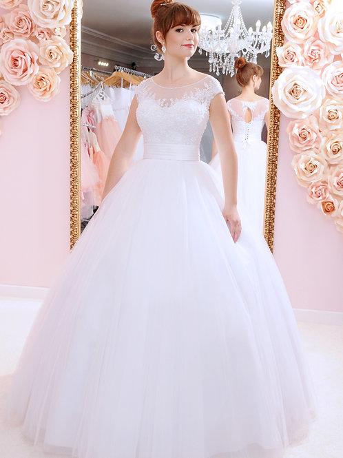 W936 - Lebegőcsipkés, zárt mellrészű menyasszonyi ruha különleges hát kivágással