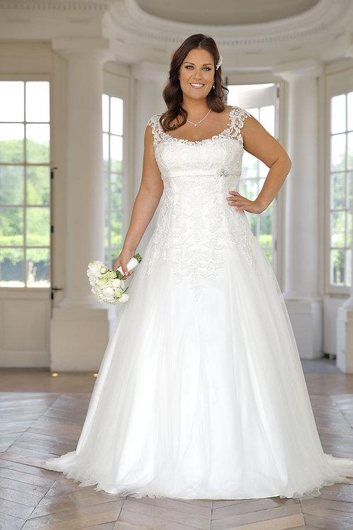 W940 - Vállpántos esküvői ruha finoman applikált csipkével, mell alatti övvel