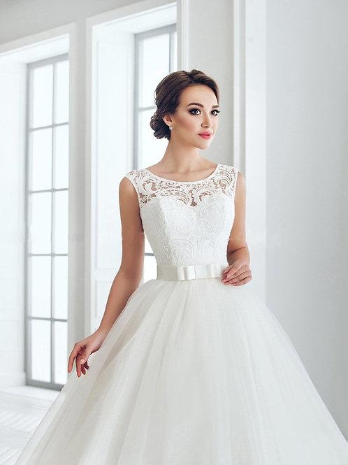 W703 - Szolidan elegáns esküvői ruha csipke applikációkkal, masnis övvel