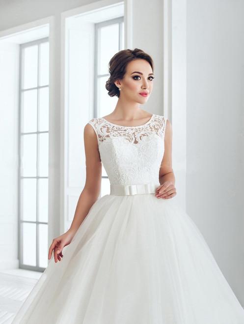 ad9b859a4b W703 - Szolidan elegáns esküvői ruha csipke applikációkkal, masnis övvel