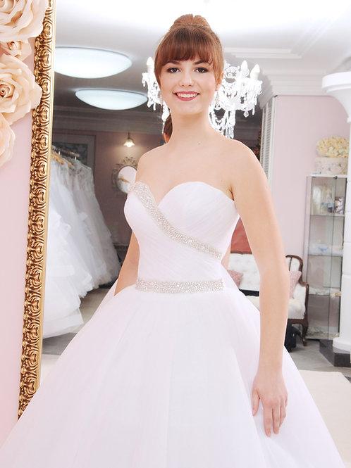 W932 - Hófehér menyasszonyi ruha tüllös szoknyával, kristályos díszítőelemekkel