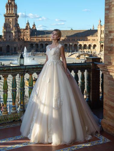 d3cbca8119 W014 - Hátul gombsoros, 3D virágos applikációkkal ellátott menyasszonyi ruha