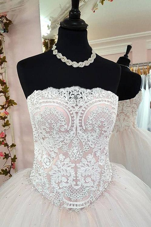 W965 - Púder színű esküvői ruha fehér csipke díszítéssel, tüllszoknyával