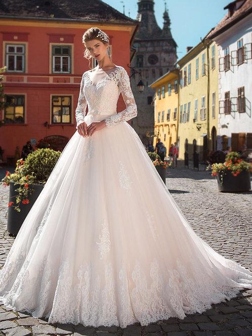 W810 - Nagyszoknyás esküvői ruha, gazdagon díszítve csipkéve