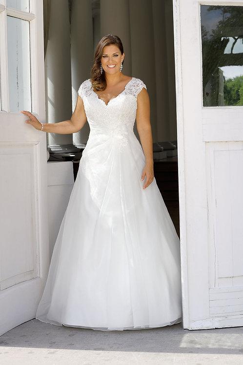 W941 - Derekánál húzott szabású esküvői ruha csipke vállpánttal