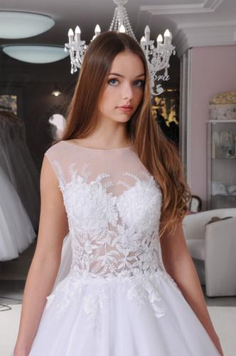 5cd01c6296 W023 - Hátul gombsorral ellátott menyasszonyi ruha virágos csipke  applikációkkal
