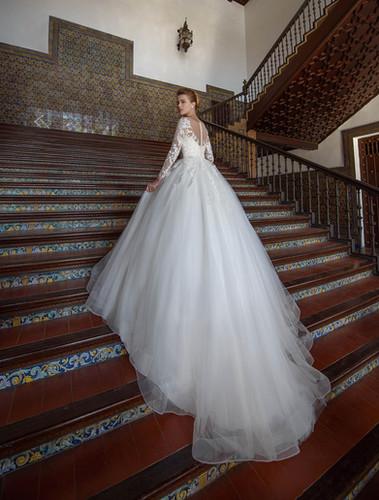 6e09a68ada W018 - Nagyszoknyás esküvői ruha, gazdagon díszítve csipkével (fehér  színben!)