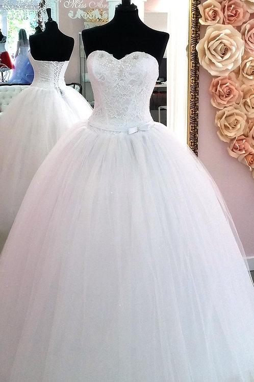 W908 - Báli ruha fazonú tüllös menyasszonyi ruha masnis övvel, szív dekoltázzsal