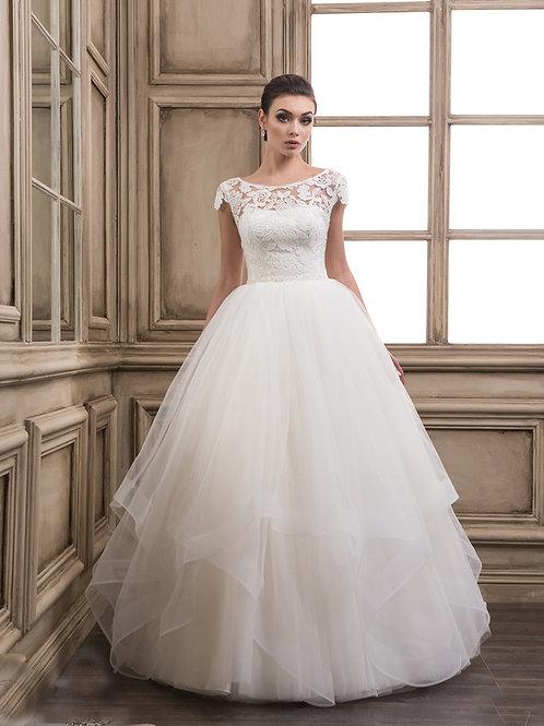 W914 - Lágy esésű vízfodros szoknyájú menyasszonyi ruha különleges vállcsipkével