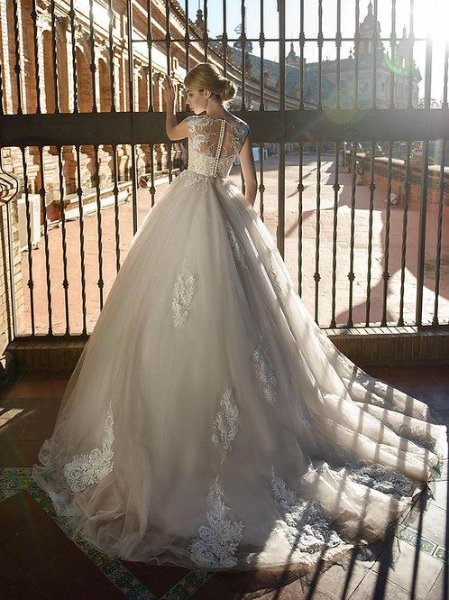 W014 - Hátul gombsoros, 3D virágos applikációkkal ellátott menyasszonyi ruha