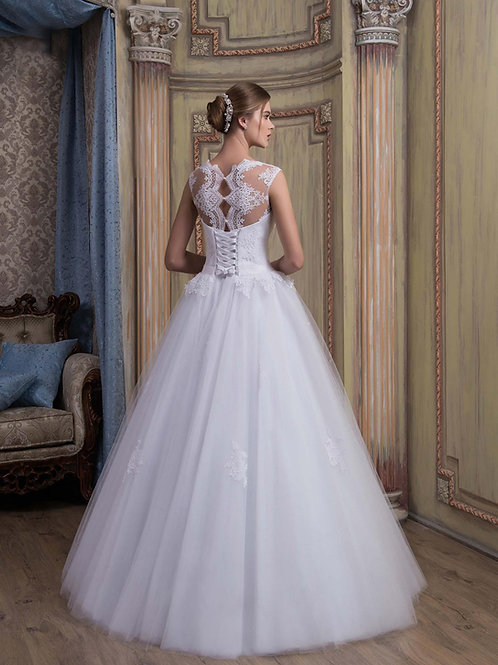 W021 - Csipkével és gyönggyel gazdagon díszített hófehér menyasszonyi ruha