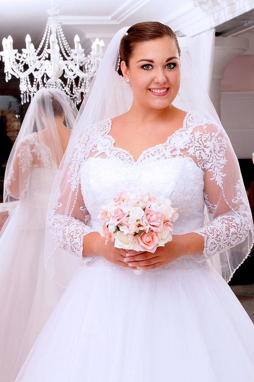 M706 - Szolidan elegáns molett esküvői ruha hosszú lebegőcsipke ujjal