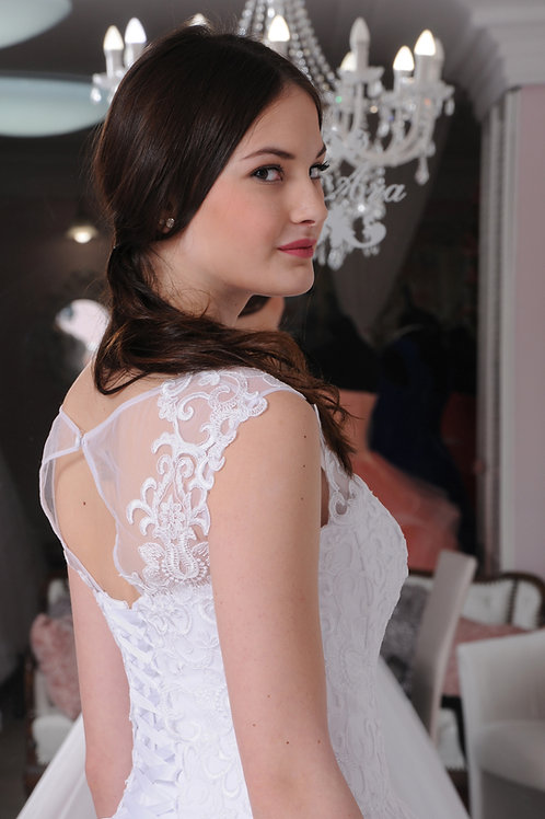 W020 - Egyenes szabású menyasszonyi ruha gazdagon díszített csipke felsőrésszel