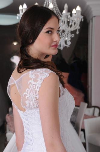 dce01c4bc2 W020 - Egyenes szabású menyasszonyi ruha gazdagon díszített csipke  felsőrésszel