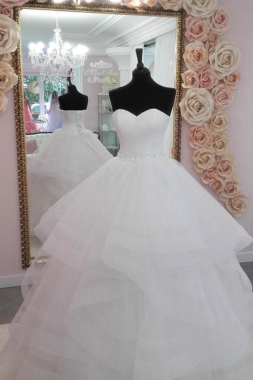 W906 - Rózsákkal díszített menyasszonyi ruha vízfodros szoknyával