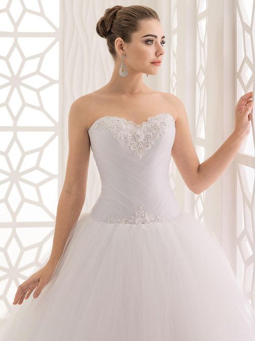 W943 - Szív dekoltázsú menyasszonyi ruha csipkével és gyöngyökkel díszítve