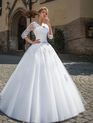0fd44a014f W801 - Csipkével gazdagon díszített esküvői ruha V alakú hát kivágással