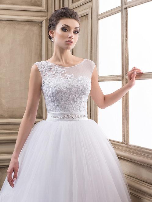 W916 - Finoman gyöngyözött csipkével applikált menyasszonyi ruha strasszos övvel