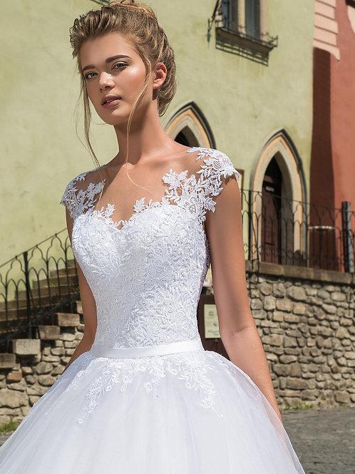 W805 - Csipkehátú esküvői ruha egyenes uszállyal, lebegőcsipkés dekoltázzsal