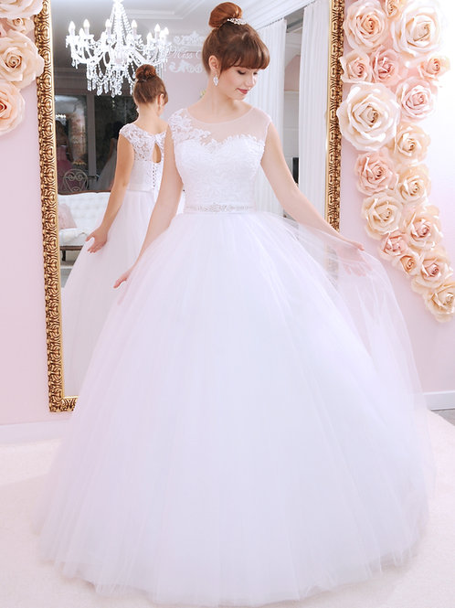 W939 - Finom csipkés, zárt felsőrészű menyasszonyi ruha strasszos övvel