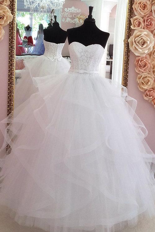 W907 - Szív dekoltázsú menyasszonyi ruha csipke felsővel, vízfodros szoknyával