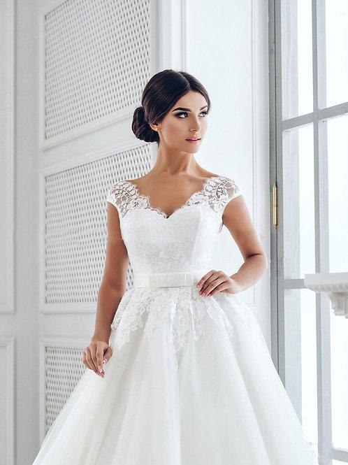 W705 - Tüllös esküvői ruha mély hátkivágással, derekán masnival (fehér színben!)