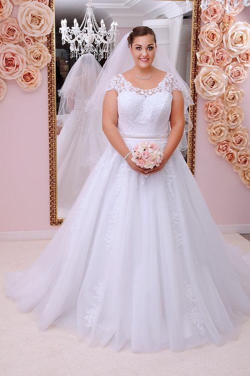 M710 - Uszályos esküvői ruha zárt, csipke felsőrésszel, strasszos övvel