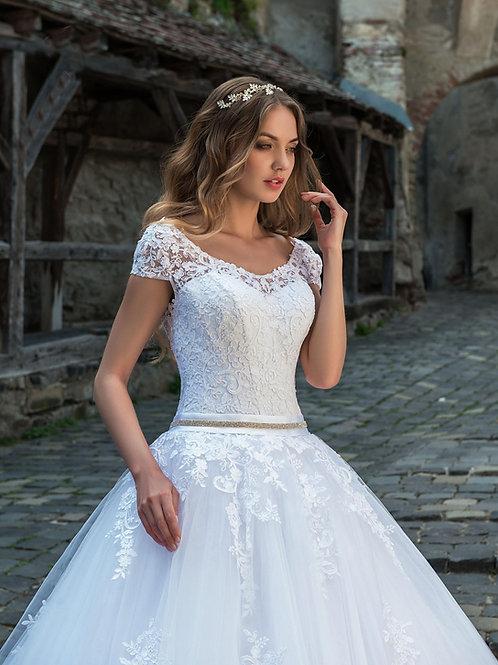 M705 - Uszályos esküvői ruha zárt, csipke felsőrésszel, strasszos övvel