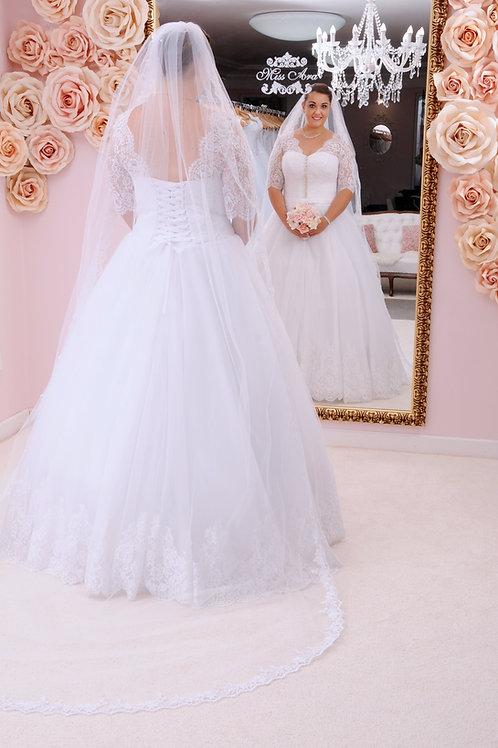 M712 - Hosszú csipkeujjú esküvői ruha bordűrözött aljú tüllszoknyával