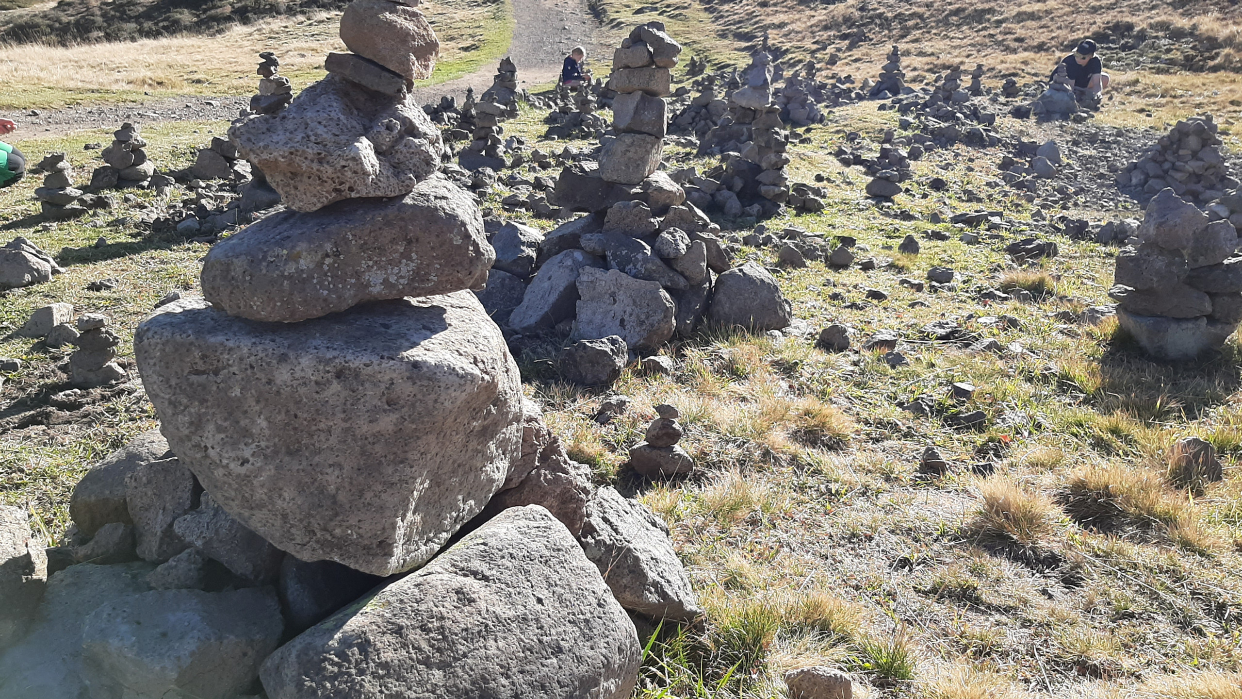 """Alpe di Siusi, sentiero """"Bullaccia - Puflatsch"""", gli omini di pietra"""