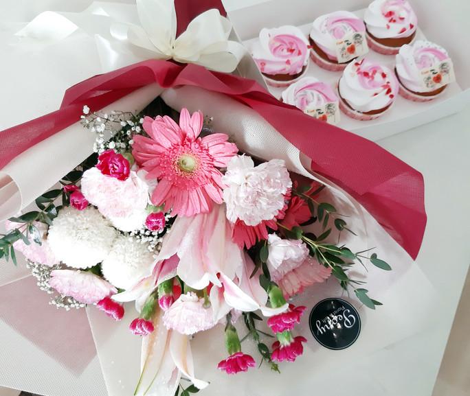 Bouquet B (regular size) + Cupcake, RM236
