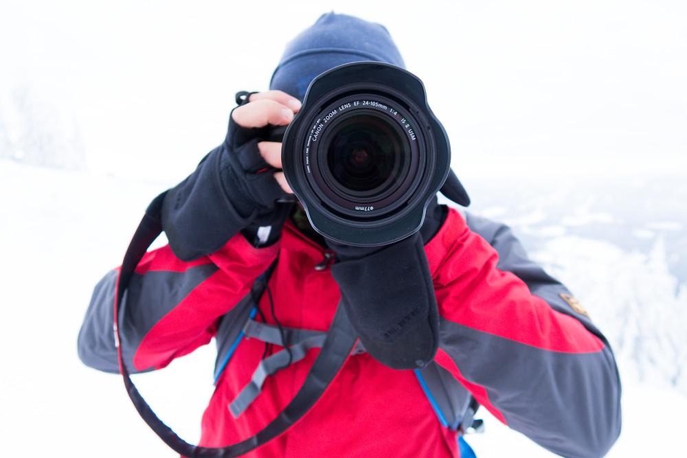 Fotograf Gerald Lechner mit Canon Kamera und Canon EF 24-105 IS II im Winter mit Fotohandschuhen