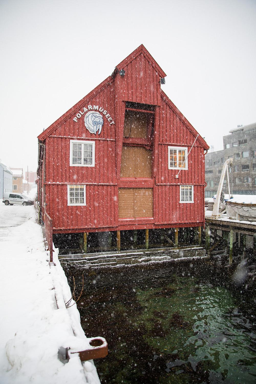 Schneefall vor dem Polarmuseum in Tromsö im Hafen