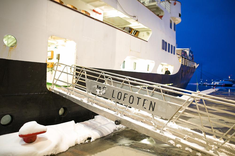 MS Lofoten aus der Hurtigruten-Flotte im Hafen von Tromsö