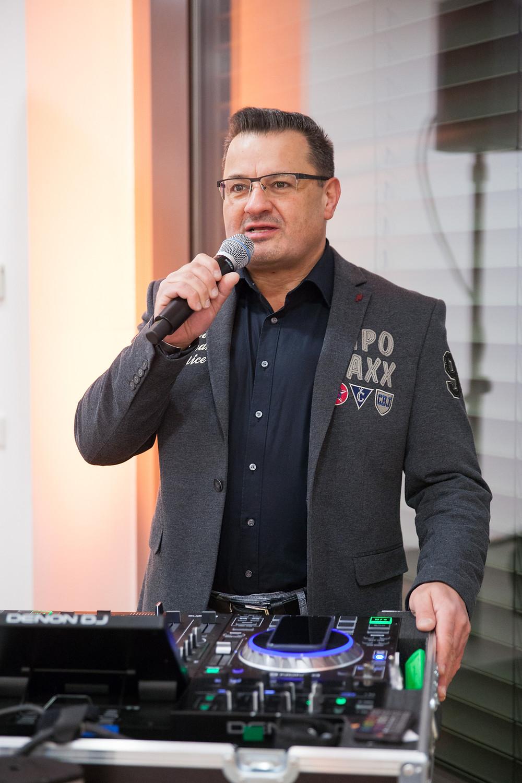 DJ Rainer bei einer Moderation auf einer Hochzeit