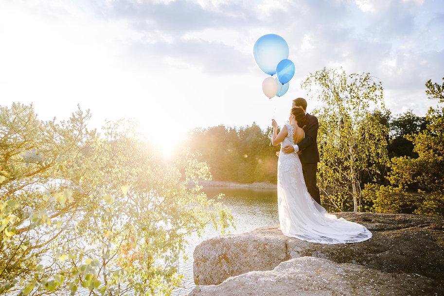 Brautpaar mit Luftballons im Sonnenuntergang am Stausee Ottenstein / Waldviertel / Niederöstrreich