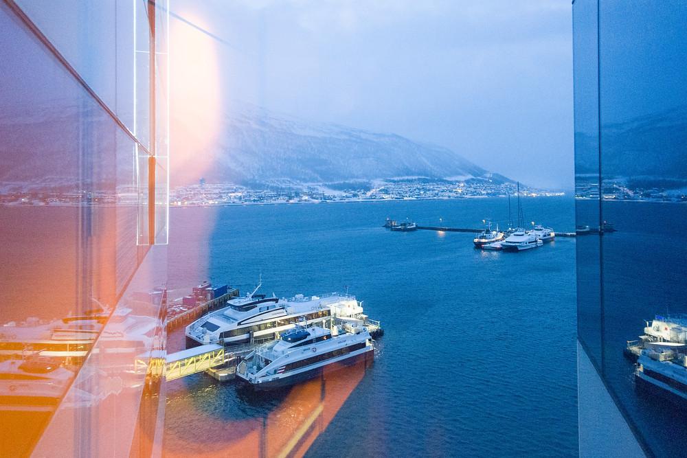 Blick aus dem neunten Stock vom Hotel Clarion the edge in Tromsö auf den Hafen
