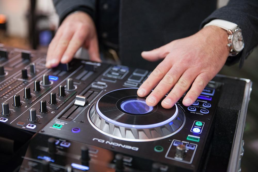 DJ am Mischpult bei einer Hochzeit