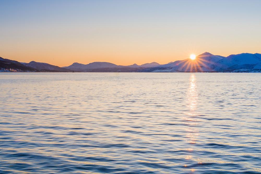 Sonnenuntergang oder Sonnenaufgang in Telegrafbukta bei Tromsö in Norwegen